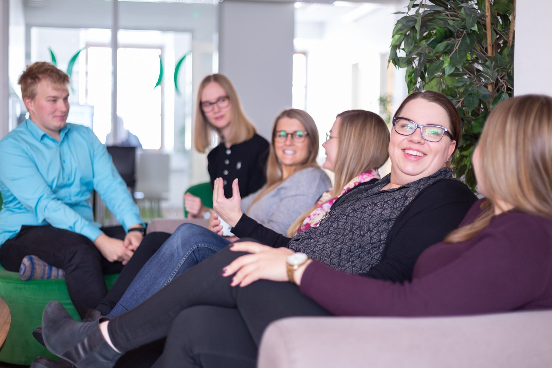 Liana Technologiesin työntekijät keskustelemassa yhdessä