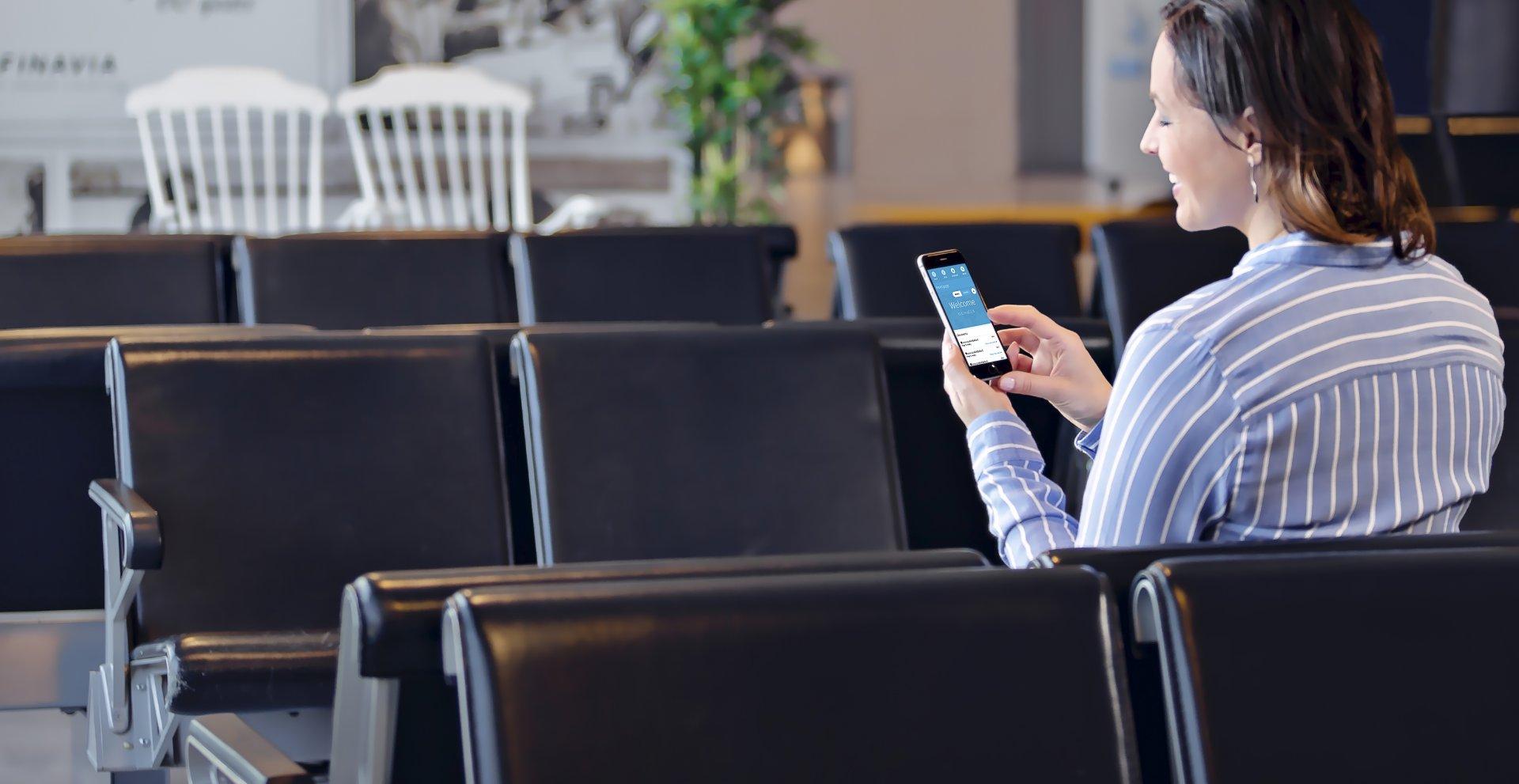 Nainen työskentelee älypuhelimella